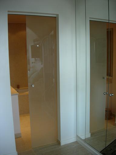Porte coulissante pour salle de bain maison design for Porte coulissante en verre pour salle de bain